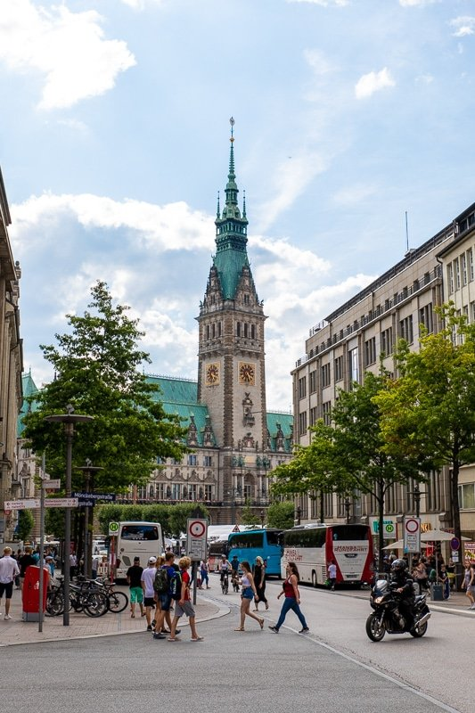 From the Mönkebergstrasse, you'll have a nice view of the Rathaus.