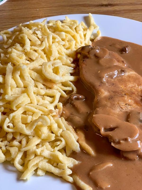 Sahnesteak mit Spätzle (steak with cream sauce and egg pasta).