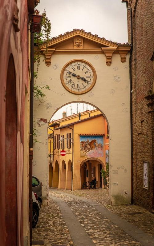 Dozza is a photographer's dream. There are so many beautiful photo spots in Dozza's medieval walls.