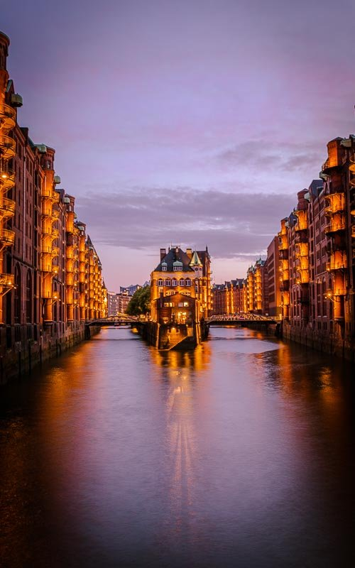 In the Speicherstadt district of Hamburg, the lights are switched on 30 minutes after sunset. This is prime time for Blue Hour photography.