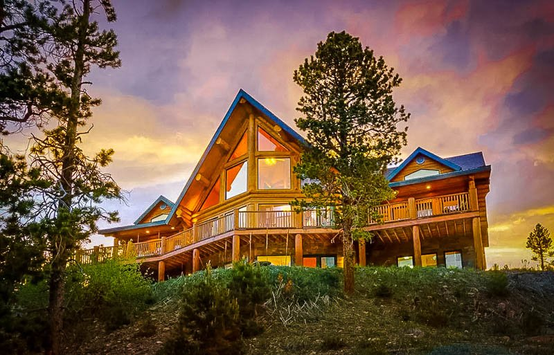 A luxurious log cabin Airbnb in Colorado