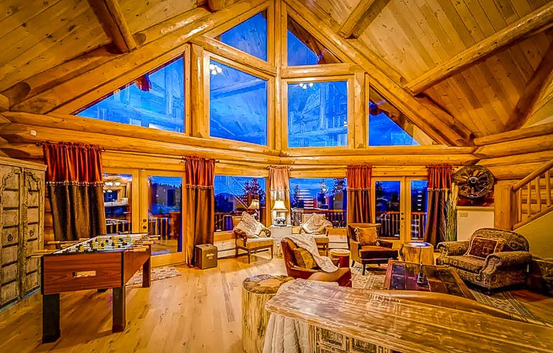 Extravagant interior decorations and log cabin vibes