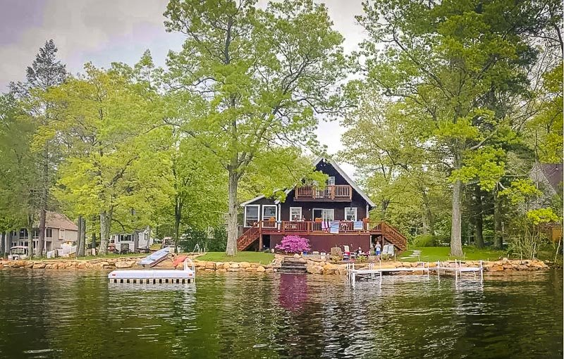Lake house with treehouse vibes in Massachusetts