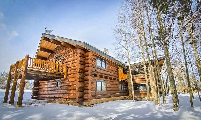 Beautiful log cabin airbnb rental in Colorado