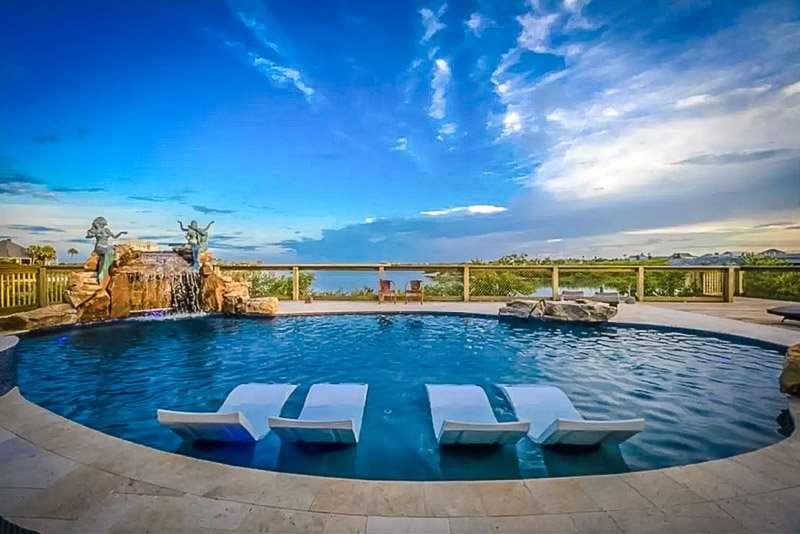 With a beautiful outdoor pool and hot tub, this is definitely one of the best places to stay in the US.