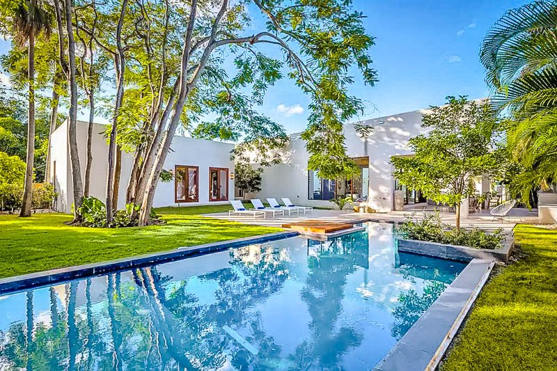 This luxury Airbnb mansion in Miami has the coolest outdoor pool