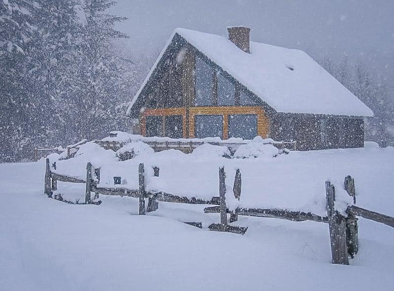 Log cabin façade in the wintertime