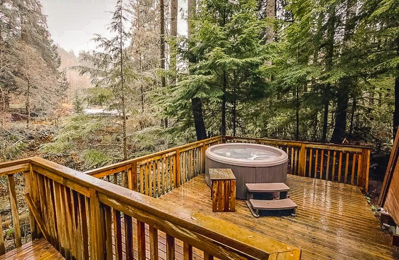 Cabin rental in Washington with hot tub