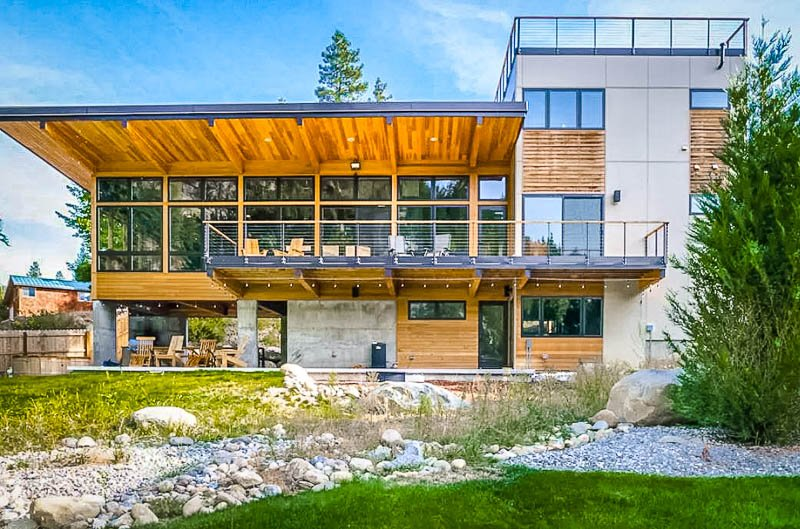 A luxurious river house for rent with sweeping views.