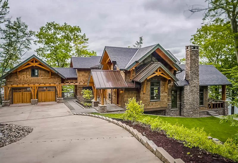Beautiful home for rent overlooking the lake