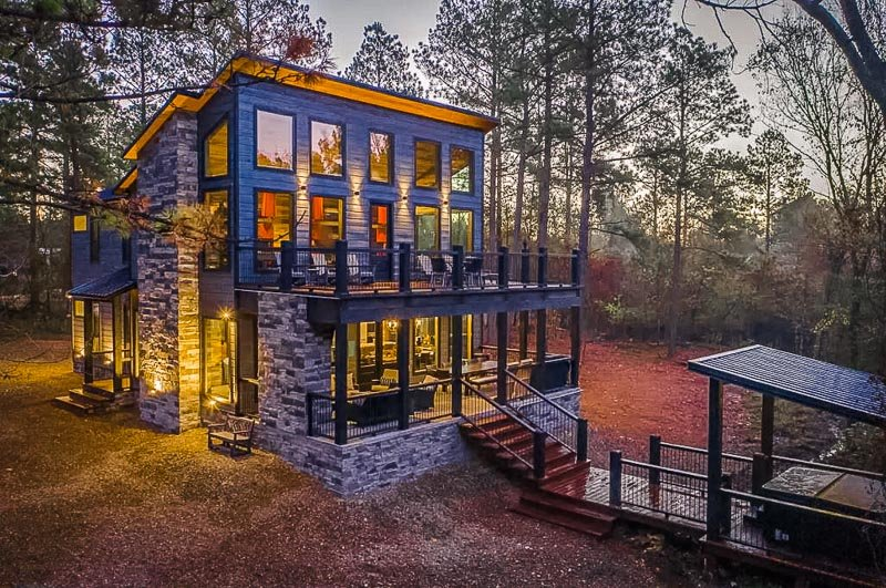 This rental is among the best Airbnbs in Broken Bow for large groups of family/friends.