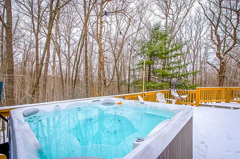 Outdoor jacuzzi, perfect for cozy winter getaways in MD