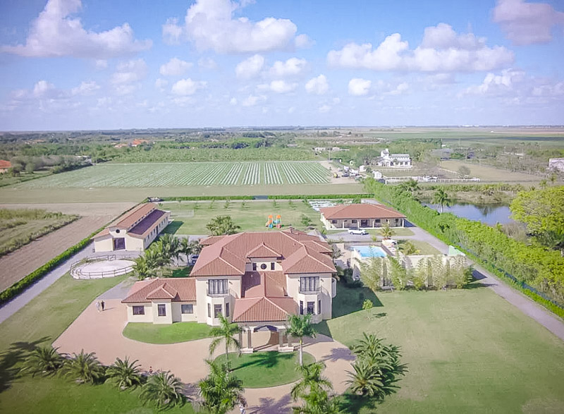 A beautiful Airbnb estate that's perfect for families and big groups.