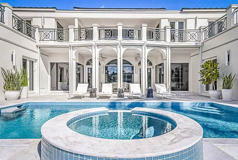Luxurious Airbnb in Miami with breathtaking outdoor pool and hot tub