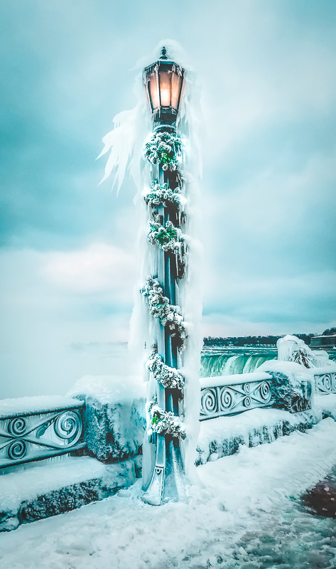 A frozen lamppost next to Niagara Falls is one of the most interesting fun facts about this place.