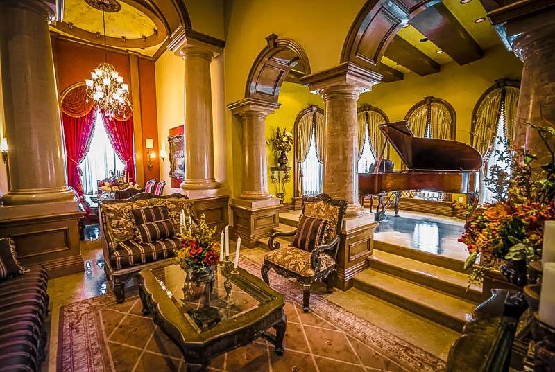 Elegant and stately interior décor