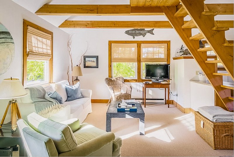 Modern and cozy Airbnb in MA