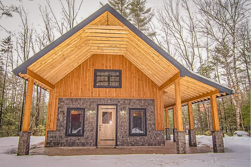 A modern White Mountains rental in a secluded woodsy area