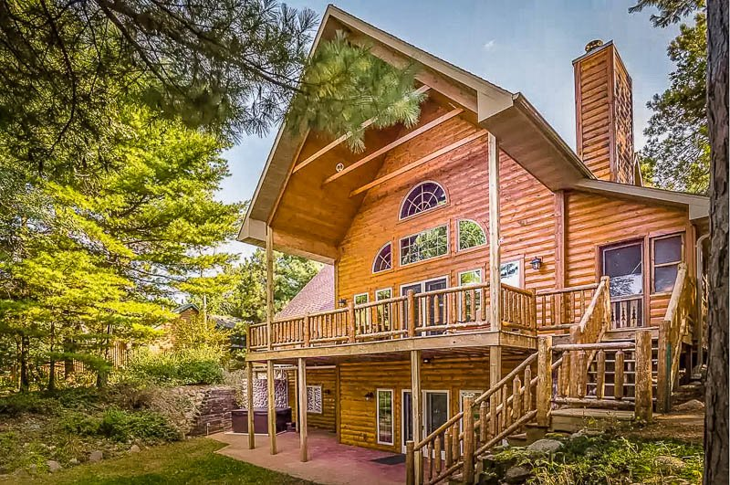 Luxury cabin rental in Midwest for large groups of family/friends