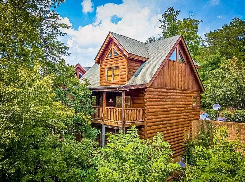 Log cabin Airbnb for rent in Tennessee
