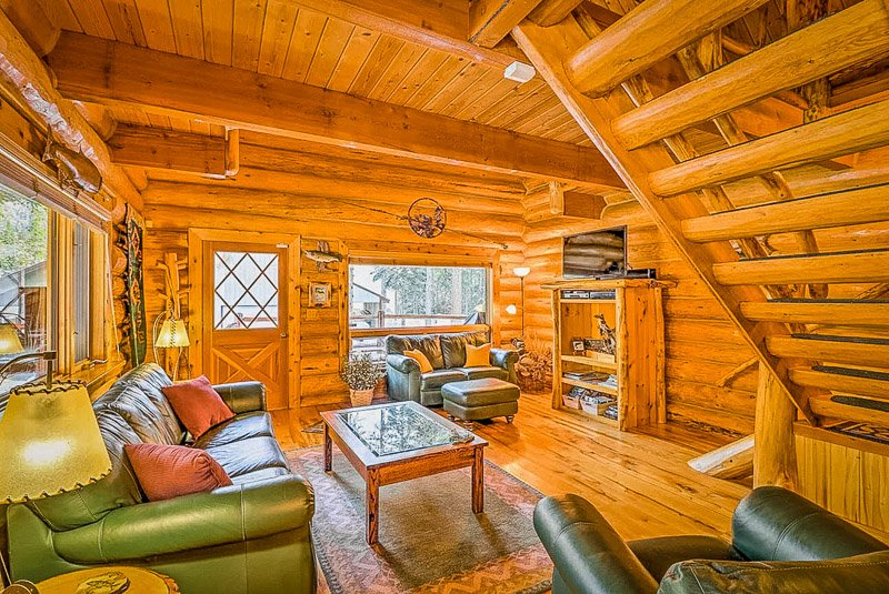 Lodge-style living room with top amenities