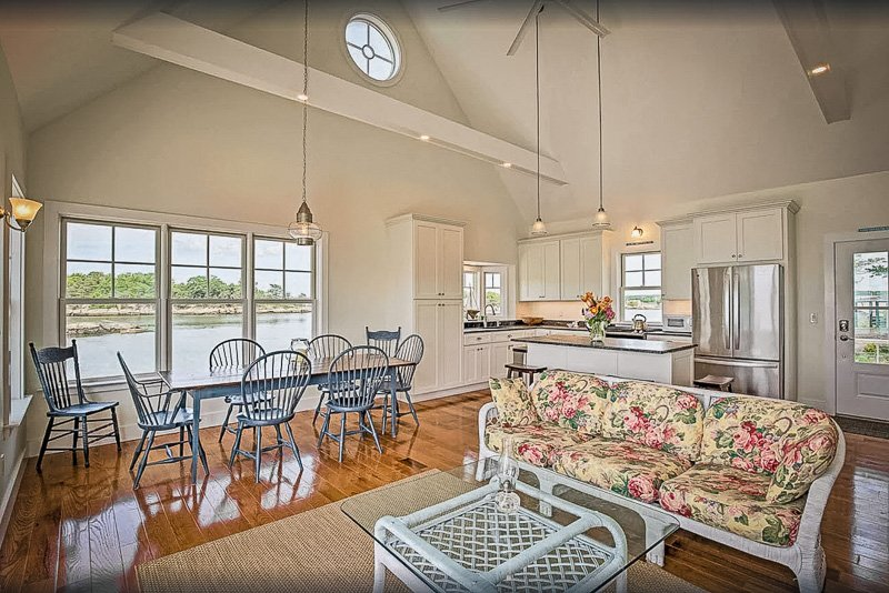 Lake house for rent in Connecticut for families and large groups.