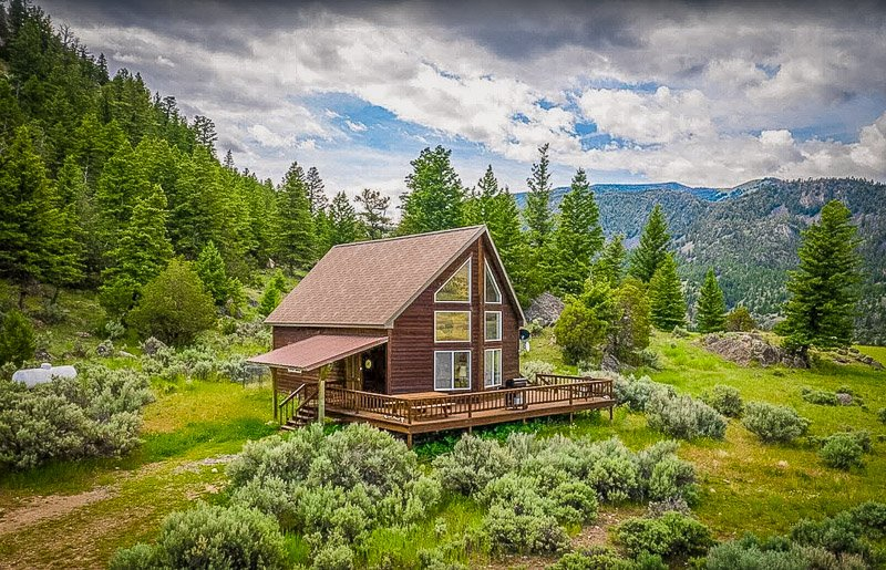 Chalet accommodation for rent in Montana with stunning views of the countryside