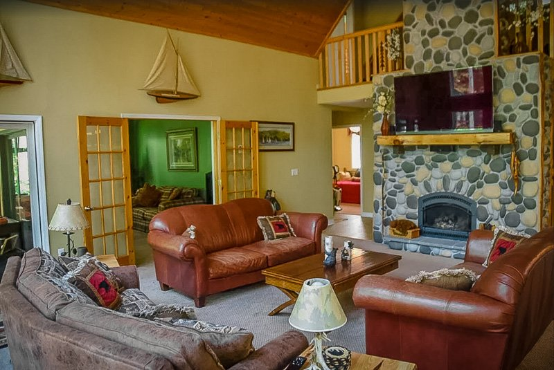 A luxury lake house rental on Lake George for large groups of family/friends