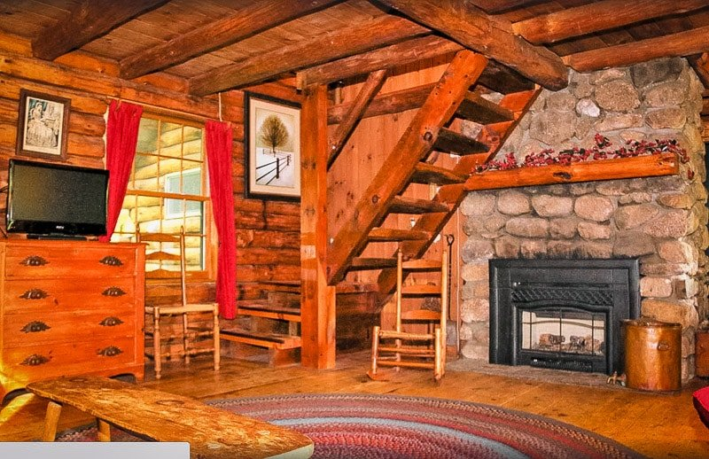 Warm and cozy decor inside this cottage rental in New Hampshire.