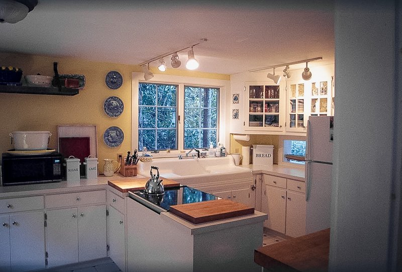 Fully equipped kitchen inside the CT cabin for rent