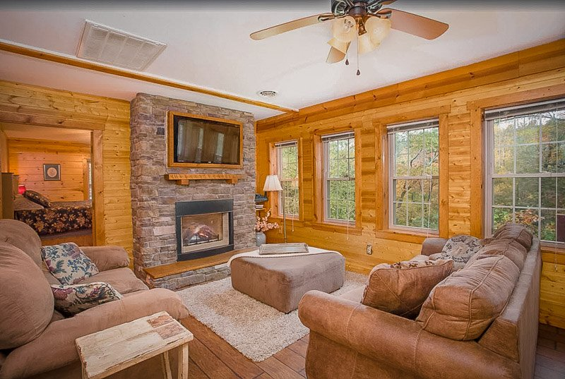 Stay at this Ohio cabin rental with hot tub and you'll be in for a treat.