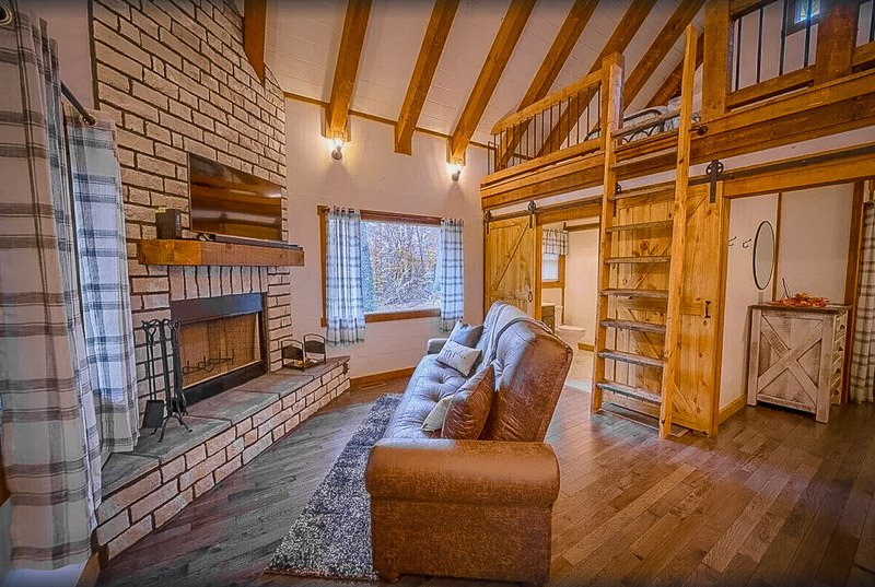 This vacation rental in Ohio is among the most pet-friendly Hocking Hills cabins