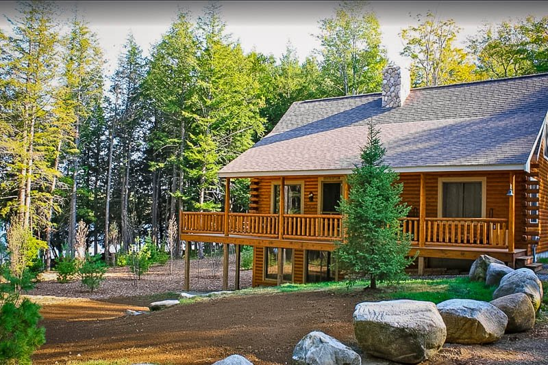 Stay by the lake in Maine at this amazing cabin and you'll be in for a treat