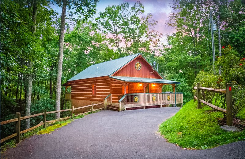 A cozy Pigeon Forge cabin tucked away in the Tennessee woods.