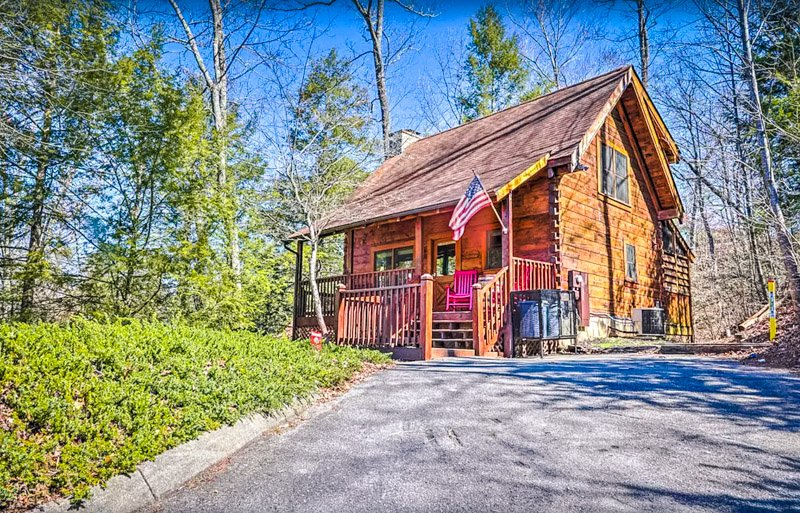 Enjoy a relaxing vacation at this rustic Pigeon Forge cabin for rent.